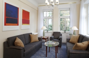 Wohnzimmer in der Oranien Suite im Oranien Hotel & Residences Wiesbaden