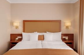 Bett im Superior Doppelzimmer im Oranien Hotel & Residences Wiesbaden